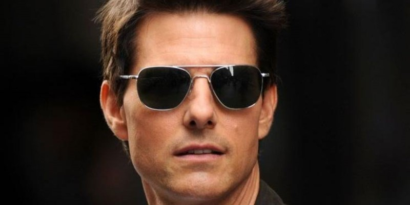 tom cruise wearing sunglasses in oblivion
